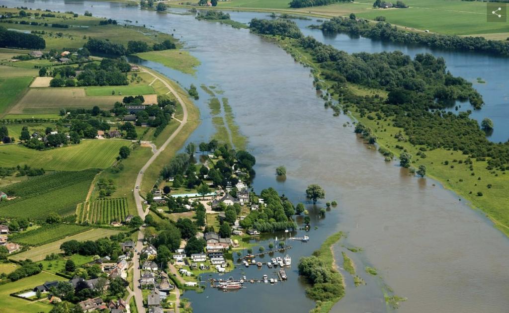 Luchtfoto van Veesen, bij hoog water