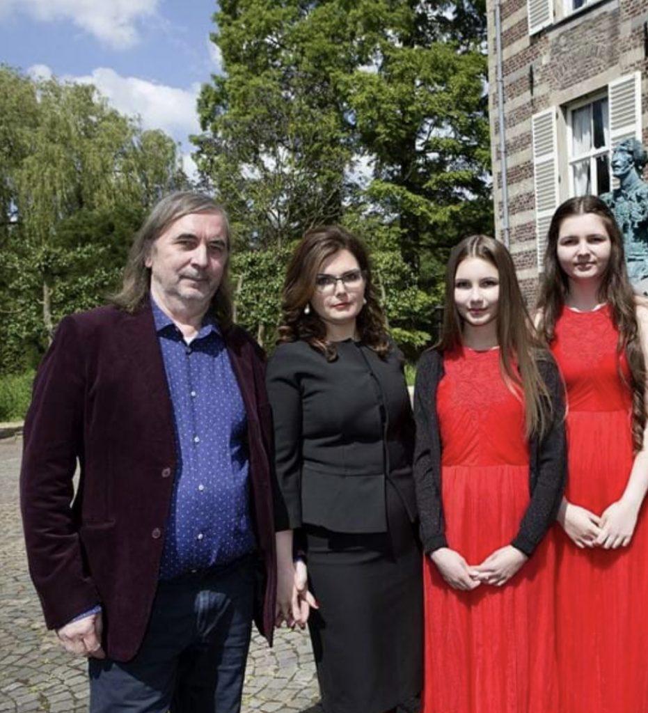 Alexander Taratynov met zijn vrouw Katja en twee dochters.